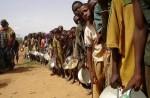 Personnas haciendo cola para recibir alimentos en Africa. Homoysapiens.com.
