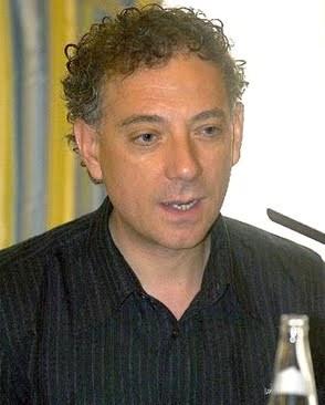 El poeta, ensayista, grabador y artista conceptual, Juan Carlos Mestre, rechazó ser homenajeado junto al empresario minero Victorino Alonso. 2010.