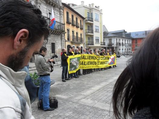 Concentración de la Plataforma de Apoyo a la Ciuden. Ponferrada, 22 abril 2014. Fuente: Unecologistaenelbierzo.wordpress.com. Foto: Enrique L. Manzano.