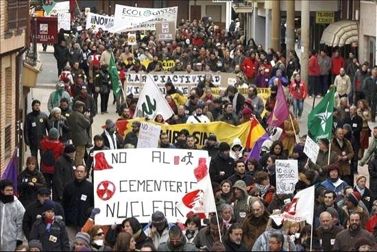 Unas dos mil personas dicen un rotundo 'no' al almacén temporal de residuos nucleares (ATC) en Tierra de Campos. Villalón de Campos (Valladolid), 14 febr. 2010. Fuente: epa.