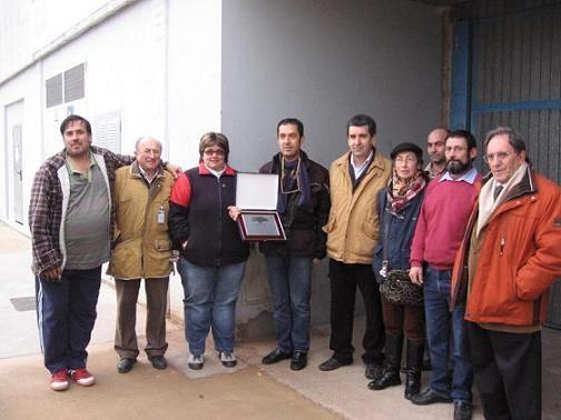 Voluntarios del Banco de Alimentos del Sil recogen el premio de Bierzo Natura. Ponferrada, 5 enero 2010. Fuente: ecobierzo.org.