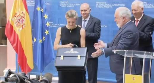 Cañete entrega a Tejerina la cartera de su Ministerio. Madrid, 29 abril 2014. Fuente: elpais.com.
