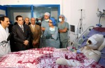 El presidente tunecino Ben Ali  visitó al herido en el hospital. Túnez, 28 dic. 2010. Publico.es.