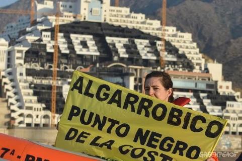 Greenpeace reclama el cumplimiento de la ley y la demolición del hotel 'El Algarrobico'. 12 mayo 2014. Greenpeace.org.