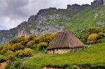 Pallozas en Valle del Lago, en el Parque Natural de Somiedo (Asturias). Panoramio.com. Foto: Mimmo Valenti.