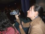 Un miembro del 15M graba el pleno municipal. Ponferrada, 22 febr. 2013. Fuente: Unecologistaenelbierzo.wordpress.com. Foto: Enrique L. Manzano.