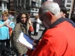 Recogida de firmas contra el cierre de camas en el Hospital del Bierzo. Ponferrada, 28 mayo 2014. Fuente: unecologistaenelbierzo. Foto: Enrique L. Manzano.