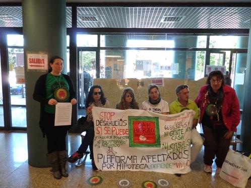 Protesta de la PAH Bierzo en la Junta de Castilla y León. Ponferrada, 30 mayo 2014. Fuente: unecologistaeneelbierzo.wordpress.com. Foto: J. Fernández.
