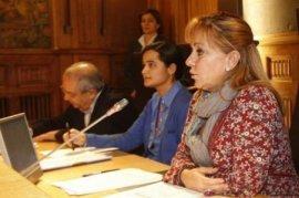 La joven Triana Martínez (en el centro) junto a Isabel Carrasco. Fuente: Ileon.com.