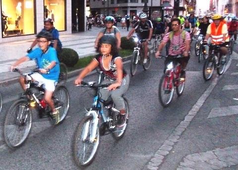 La 'masa crítica' arrancó su marcha cuando anochecía en la ciudad. 25 sept. 2013. Fuente: bierzodiario.eu.