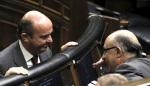 Los ministros de Economía y Competividad, Luis de Guindos (izq.) y Hacienda, Cristóbal Montoro, conversan en el Congreso de los Diputados. 2014. Nuevatribuna.es.