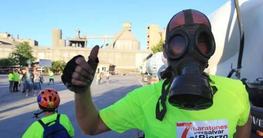 Protesta de 'Salvemos El Bierzo' contra la incineración de residuos en Cementos Cosmos. Toral de los Vados. Jun. 2011.