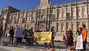 Protesta del 15M contra el exceso de ágapes ofrecido por Isabel Carrasco a cuenta del erario público. León, 18 dic. 2011. Leonoticias.com.