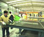 Trabajadores en una empresa impulsada con ayudas del plan del carbón. Rioglass. 16 nov. 2008. Lne.es.