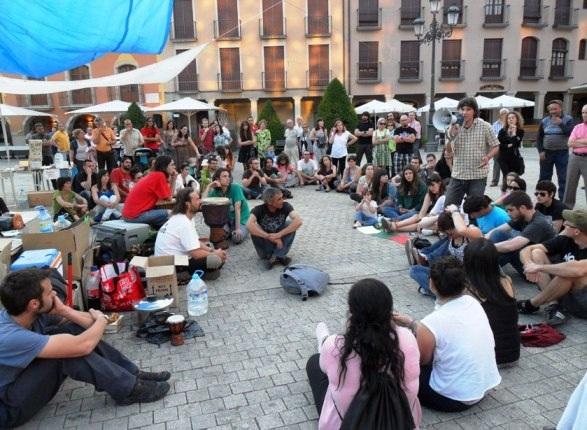 Un 'indignado' toma la palabra en la asamblea abierta del 15M Bierzo. 22 mayo 2011. Fuente: unecologistaenelbierzo. Foto: Enrique L. Manzano.