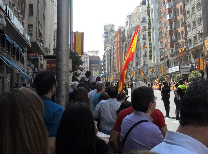 Una bandera republicana aparece en un balcón brevemente antes del paso del cortejo real. Madrid, 19 jun. 2014. Fuente: unecologistaenelbierzo.wordpress.com. Foto: Enrique L. Manzano.