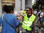 Uno de los ciclistas leoneses conversa con un periodista radiofónico. 25 sept. 2013. Fuente: Unecologistaenelbierzo.wordpress.com. Foto: Enrique L. Manzano.