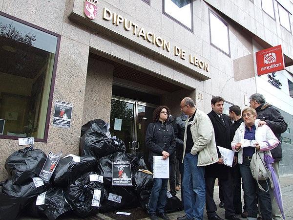 Tito Martínez, con chaqueta blanca, en el centro de la protesta contra la subida abusiva de la tasa de las basuras por Gersul. Ponferrada, 20 nov. 2009.