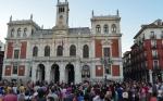 Los manifestantes ante el consistorio vallisoletano presidido por León de la Riva. Valladolid, 25 agosto 2014. Ultimocero.com.