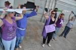 Varias mujeres cuelgan sujetadores en la fachada del ayuntamiento. Foto Gaspar Francés. 25 agosto 2014. Ultimocero.es.