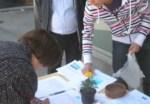 Ecobierzo recoge firmas contra la contaminación en la plaza J. Lazúrtegui. Ponferrada, 24 abril 2010. Foto Enrique L. Manzano. ecobierzo.org.