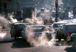 Contaminación producida por los vehículos en una ciudad occidental.