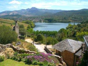 El pueblo de Lago de Carucedo con el lago al fondo. 2010. Bierzonatura.blogspot.com.