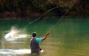 Es conveniente asegurarse de que no haya ningún tendido eléctrico en las proximidades de la zona de pesca.  Pescasanbartolome.com.