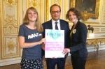 Marie Yared y Flore Blondel, en representación de Avaaz, presentan la petición de energías 100% renovables al Presidente de Francia, François Hollande. Avaaz.org.