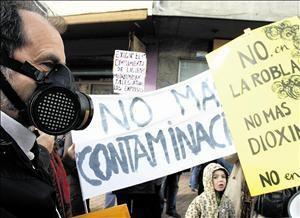 Protesta contra la incineración de residuos en la cementera de Tudela Veguín. La Robla, 4 febr. 2010. Fuente: lacronicadeleon.es. Foto: M. Marcos.