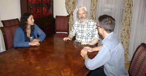 Reunión de Julian Assange con Podemos. Londres, sept. 2014. Fuente: nuevatribuna.es.