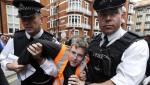 Un simpatizante de Julian Assange es arrestado frente a la embajada de Ecuador en Londres. 16 agosto 2012.  Nuevatribuna.es.