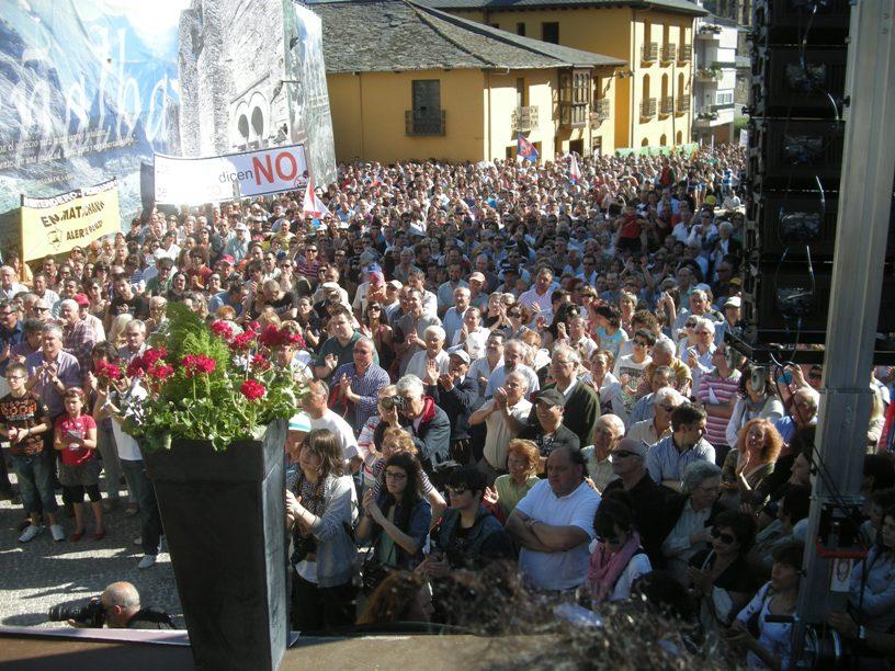 Manifestantes antiincineración de residuos en Cosmos aplauden los discursos. 14 mayo 2011. Fuente: unecologiostaenelbierzo.wordpress.com. Foto: Enrique L. Manzano.