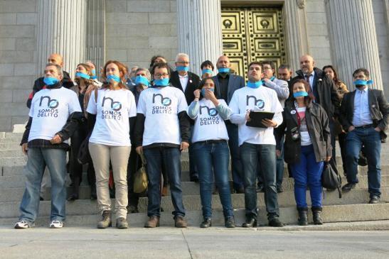 La Plataforma No Somos Delito durante la protesta en el Congreso. Madrid, 16 oct. 2014. Fuente: arainfo.org.