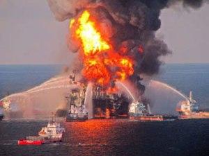 El pozo petrolero Deepwater-Horizon incendiado. Foto: jornada.unam.mx.