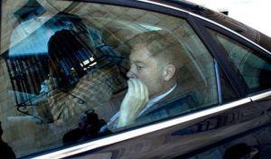 El presidente de la Diputación de León, Marcos Martinez, a su salida del edificio en un coche acompañado por miembros de la Guardia Civil. Elpais.com. Foto: Andrés Martinez Casares.
