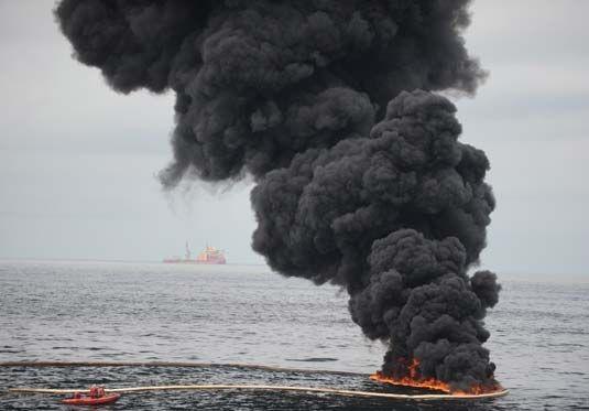 La plataforma petrolera de BP arde en el golfo de México. 10 abril 2010. Foto: GN.