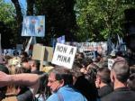 Miles de gallegos protestan en Santiago contra los megaproyectos mineros. Lainformacion.com.
