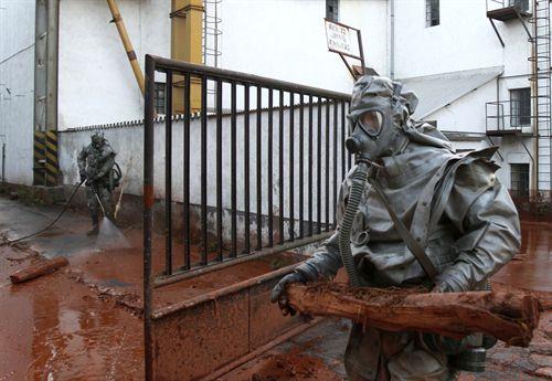 Tareas de limpieza del lodo tóxico en Hungría. Fuente: reuters. Foto: Bernadett Szabo.