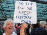 Una ciudadana norteamericana protesta contra el secretismo del TTIP. 2014. Noalttip.blogspot.com.