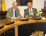 Cagigas presenta con el presidente del Parlamento, Miguel Angel Palacio una edición del Estatuto de Autonomía de Cantabria. 2006. Eldiariomontanes.es.
