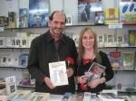 Los escritores Juan José García Vélez y Amparo Carballo. Ferio del Libro. Ponferrada, 23 abril 2010. Foto: Enrique L. Manzano.