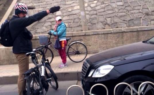 Un ciclista impide el paso a un coche en un paso de cebra. 2014. Ciclosfera.com.