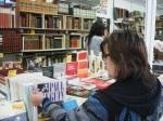 Una lectora en la Feria del Libro Antiguo y de Ocasión. Ponferrada, 5 mayo 2010.  Foto: Enrique L. Manzano.