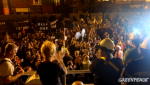 Una multitud recibe al barco de Greenpeace contra las prospecciones de Repsol. Lanzarote, 15 nov. 2014. Greenpeace.org.
