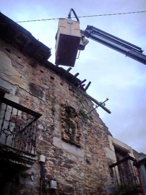 Obras de apuntalamiento de la casa de las Carralas. Villar de los Barrios. 10 abril 2013. Foto: Nicolás de la Carrera.