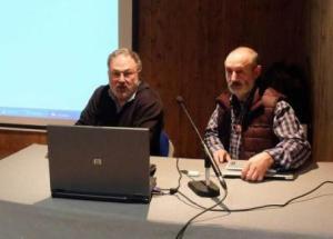 Ignacio Martínez y Paco Ramos, durante su charla en Pola de Lena. 21 enero 2015. Lne.es. Foto: J. R. Silveira.