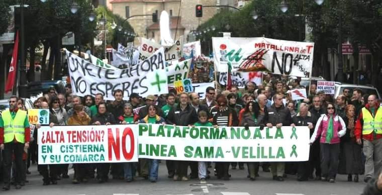 En noviembre de 2007 miles de personas expresaron por calles de León su rechazo a la línea elécrica en una macromanifestación. Fuente: Diariodeleon.es. Foto: Norberto.