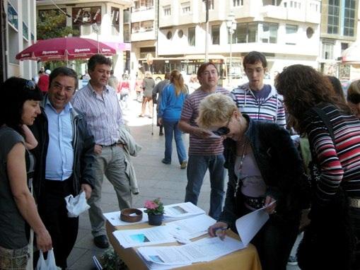 Recogida de firmas de Ecobierzo contra Aqualdre Zinc y Cosmos. El concejal Tomás Ramos, tercero por la izquierda, durante las recogida de firmas contra la contaminación. Ponferrada, 24 abr. 2010. Foto: Enrique L. Manzano.