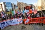 Protesta frente a la sede de la Comisión Europea en Bruselas, 4 febr. 2015. Noaltip.blospot.es.
